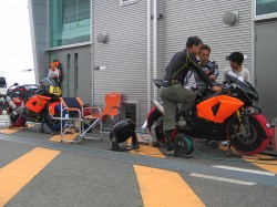 富士スピードウェイでGSX-R1000のお客様3台セットアップ