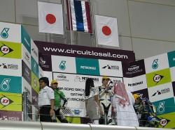 異国の地で日本国旗が表彰台に掲げられているのを見るのも感動的です。